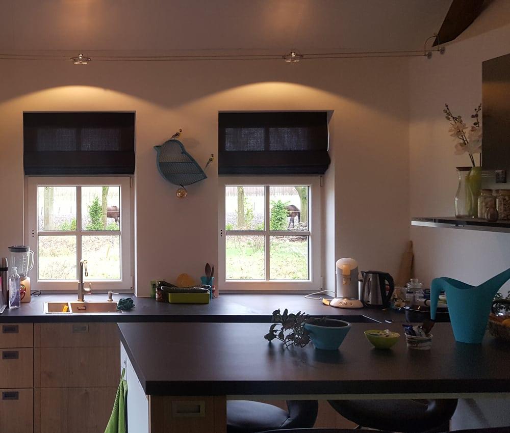 Donkergrijze-vouwgordijnen-keuken