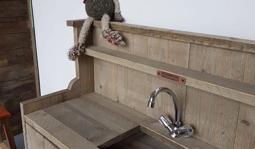 De kinderkamer geef je een stoere knipoog met steigerhouten meubelen
