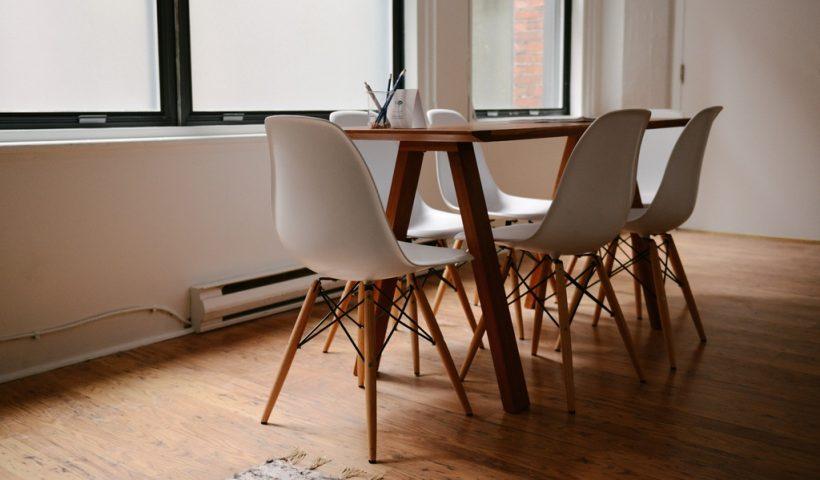 Verschillende stoelen aan de eetkamertafel Zo pak je dat aan!